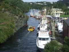 Kulleseidkanalen full av flotte båter i festskrud