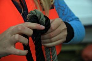 Knyte knuter, gjerne med to forskjellige farger tau