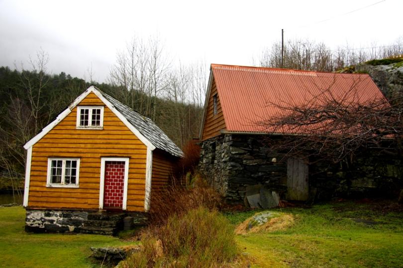 I bakeriet med rød dør ble boller og brød bakt, og solgt fra landhandleren i et av nabohusene.