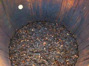 Tørka bark ligg til bløyt i den store tretønna