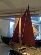 Båtar i utstillinga med segla heist.