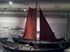 Vegg med sjø og andre båtar i utstillinga