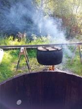 Sjøvatn vert varma opp i den store kobberkjelen