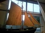 Frå Båthallen er det flott utsyn mot skogen og fjorden. Desse segla er av nyare dato, men ikkje heilt nylaga.