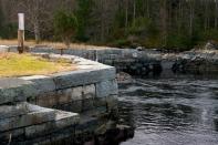 Munningen. Sjølve slusekammeret var bygd på fast fjell, og Skallestraumen vart fylkt igjen med steinmassar. Veggene i slusekammeret vart bygd av stein frå Herdlevær