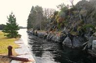 Vatnet renn med god fart gjennom slusen frå Lindåspollen. Sjølve slusekammeret måler 43 meter