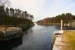 Vatnet renn frå Lindåspollen mot Lurefjorden.