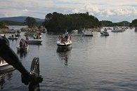 Ei menge små og større fritidsbåtar venta innanfor slusene då dei endeleg vart tatt i bruk etter fleire tiår