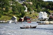 Vakker trompetspel, båtar og kor ønskte velkommen til Nedre Lindås