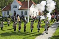 Kruttrøyken lå i periodar tung over Engevik denne jubileumsdagen, og lyden av salvar og kanonskudd drønna og rullamellom fjella kring Sævareidfjorden.