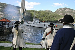 KNM Hitra kom et stykke ut på dagen med en delegason fra Forsvaret