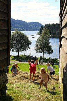 Gøy på landet - hopp i høyet! på Hordamuseet
