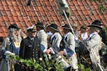 Generalinspektør i Sjøforsvaret, kontreadmiral Bernt Grimstvedt, er en fusingen som i dag har høgast militær rang. Han avguka minnesmerket over Segelcke, men først inspiserte han Tambourafdelingen af 1704