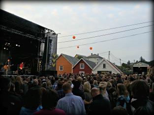 Området er stappfullt av glade festivaldeltakarar