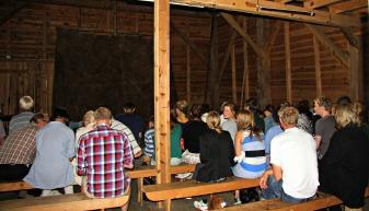 Det var ganske mange menneske som benka seg i Tøsdalsløa på Hordamuseet for å få med seg forestillinga