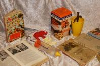 Kakabakst og småkaker og utstyr til å lage dette, ikkje kvardagskost i dagens kjøkken, og nymotens på tida til tida Gryta hennar mor