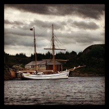 Galeasen Loyal til kai i heimehamna si i Forlandsvåg