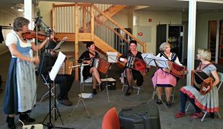 Toradartuppene møtte oss med musikk før forestillinga og i pausen