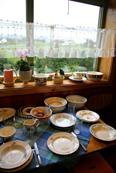 Her er bordet dekka til nons - mange ulike serviser for at flest mogeleg skal finne igjen det dei hugser frå sin barndom