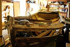 Ein båt under reparasjon
