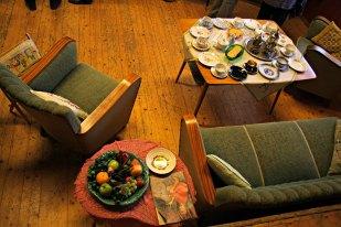 Her er søndagkaffebordet dekt, og publikum kan setje seg i salongen og bla i gamle magasin