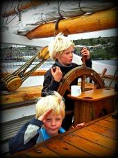Skip o'hoy - stas å vere ombord i seglskute - her er dei nok langt til havs - i leiken