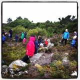 Ein pust i bakken i regnværet vel framme ved tuftene etter middelaldergarden Høybøen