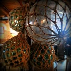 Lokalet er pynta med gamle kystkulturelement - glaskavl