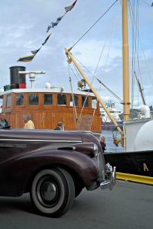 Veteranbiler på kaien og veteranbåter til kai.
