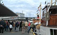 Folk fekk gå ombord i Fjordabåtene og sjå seg omkring og gjerne kjøpe seg ein matbit, og på den måten støtte båtene litt
