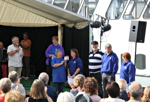 Arbeidsgruppa for Kystsogedagane i Meland blir heidra på Holmeknappen. Denne gjengen organiserer og planlegg kystsogedagane.