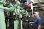 Maskinist syner fram maskina i Stord 1 på Fjordabåtdagen. Publikum fekk komme nedi maskinrommet og sjå vidunderet i gong