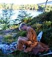 Flintsmeden bar fram stein, redskap og utstyr til Steinalderhelg på Radøy slik at publikum fekk ein flott oppleving av ein steinalderbuplass i Fosenstraumen