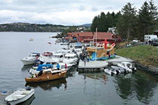 Båter og folk i Storesundet på Syltøy
