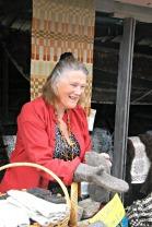 Svanhild Tofting frå Svanefellen viser fram sjøvotter av villsau