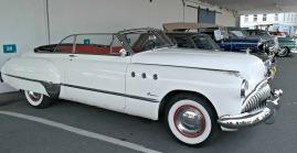 Ein rekke veteranbiler av ulik alder sto på kaien