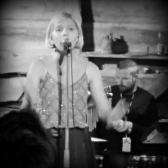 Stjerneskotet Aurora Aksnes frå Os, imponerte med sit sterke nærvær i musikken