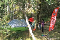 Barnas Turlag Sund hadde ein liten stand med telt mellom trea