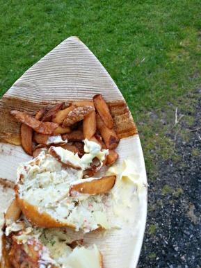 Matprofilen på festivalen er tydeleg knytt til sjøen og perifeien. Vi kunne til dømes ete klippfiskekaker med potetbåtar, servert på båtforma sponfat