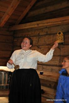 Det var også aktivitetar i dei gamle husa. Karding og spinning som publikum også fikk prøve seg på