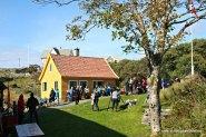 Folk ventar kring bygningane etter familearrangementet og før kulturprogrammet startar i Bygnaden