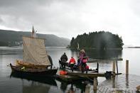 Å komme seg ut på fjorden i båt er også stas, sjølv i litt regnver. Her kunne ein både prøve med årar og med segl
