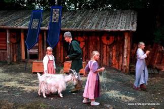 Kvardagslege sysler i vikingtunet før sjølve spelet byrja