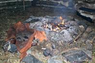 Grua i teltet, skinnsekken kan nyttast til å varme vatn med kokande stein