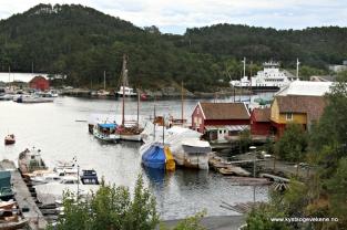 Kystmiljøet på Jensaneset, med båtar, verkstader og materialer