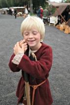 Den litle riddaren vår er lukkeleg og glad i middelalderen og tar seg ein kvil over hellebarden sin.