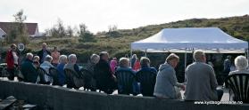 Mange sat på stolar på kaien høyrde på foredrag eller musikk
