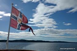 Postflagget vaiar i vind og sol