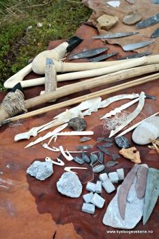 Eit stor utval og spekter at redskap som flintsmeden har laga av bein, stein og horn
