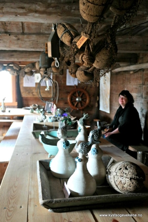 I sjøbua var det flytta inn sjøfolk - sal av kystinspirert keramikk ved Anita Holmøyvik